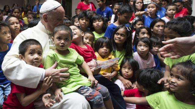 el papa francisco y los niños